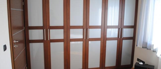 Połączenia drewna ze szkłem w sypialni
